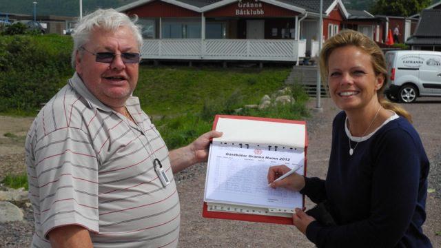 Hamnvärd Bertil bokar in gästbåt från Landskrona. Foto: R Larzén