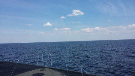Ingen båt och inget land i sikte.