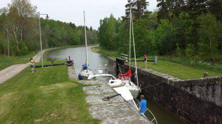 Vi var tre båtar som slussade tillsammans. Emma, vår slussvakt följe med oss hela tiden. Hon åkte bil längs kanalen och öppnade alla slussar och broar åt oss.