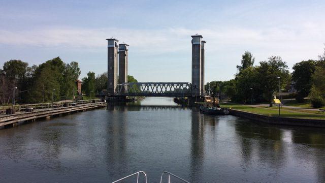Ut ur Trollhättan. Ovanlig bro, den lyftes rakt upp.