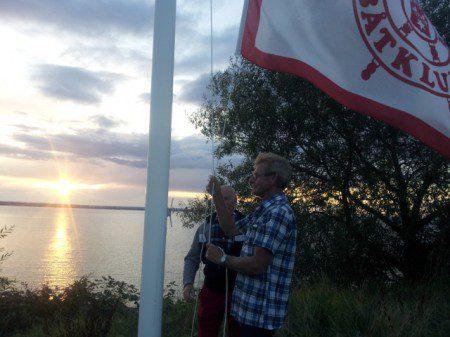 Gränna Båtklubbs flagga hissas inför Grevskapsregattan 2014. Foto: Ulf Axelsson