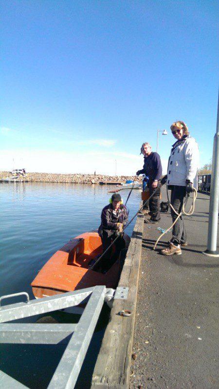 Peter Lundberg i sin nya båt, kapar metall piggar i gästhamn